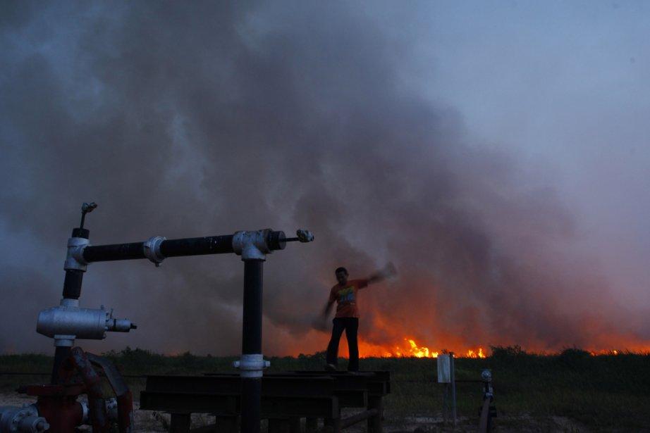 Les incendies ont provoqué un nuage de fumée... (Photo Beawiharta, Reuters)