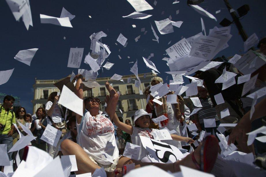 Les protestataires brandissaient également des pancartes avec les... (PHOTO SERGIO PEREZ, REUTERS)