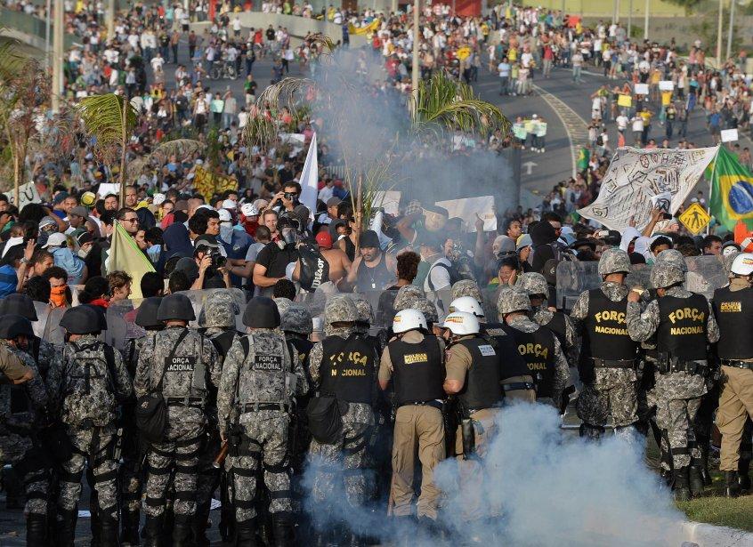 Les manifestants sont souvent très critiques envers les... (Photo NELSON ALMEIDA, AFP)