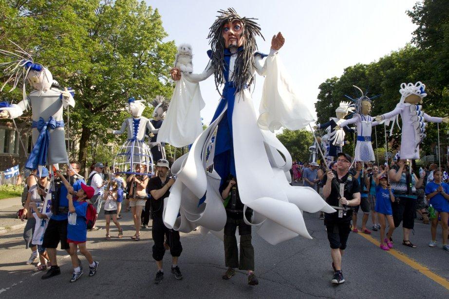 Plusieurs groupes de chanteurs, danseurs, marionnettistes, «cheerleaders» et simples citoyens... | 2013-06-24 00:00:00.000