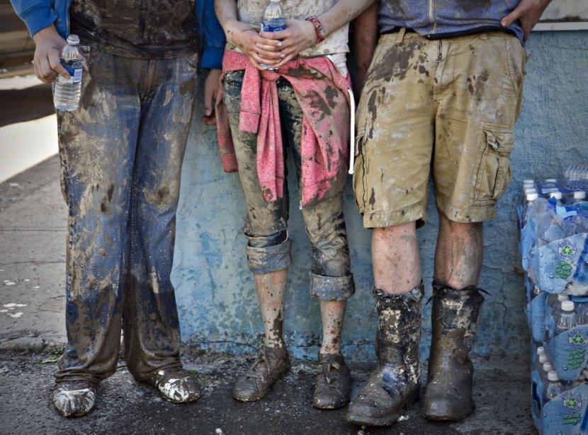 Des habitants de la région de Calgary lors des efforts de nettoyage après les débordements des rivières Bow et Elbow. | 25 juin 2013