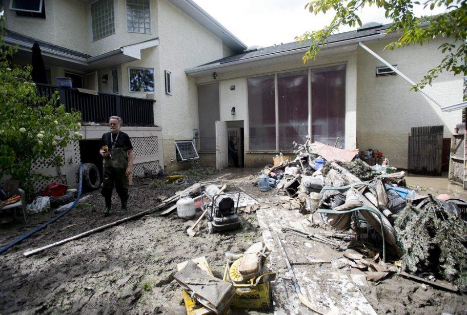 Robert Watts tente de faire du «ménage» dans sa résidence de Bowness à Calgary. | 25 juin 2013
