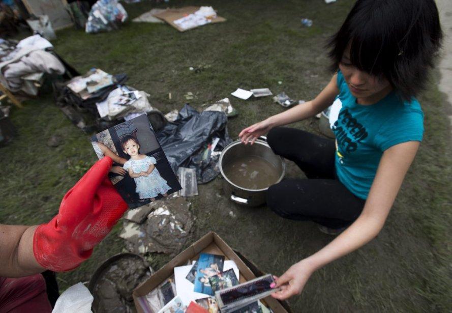 Lisa Nguyen récupère ses biens dans le secteur Bowness de Calgary. | 25 juin 2013
