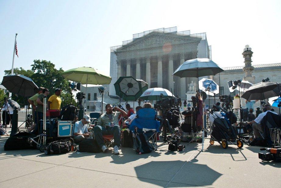 Des équipes de télévision «campent» devant la Cour... (PHOTO Nicholas KAMM, AFP)