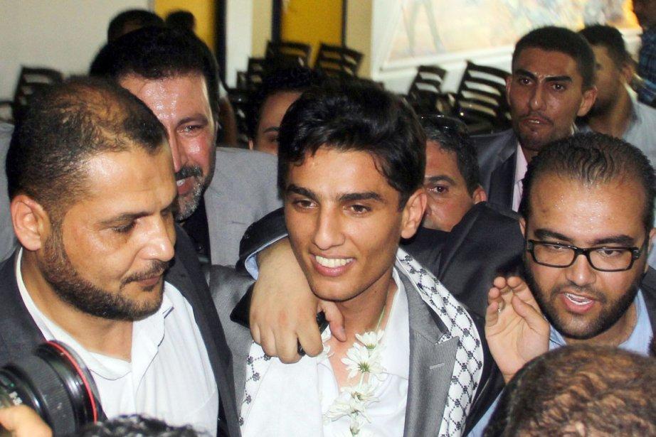 Lecortège transportant l'Arab IdolMohammad Assaf (au centre), entré... (PHOTO KHALED OMAR, AFP)