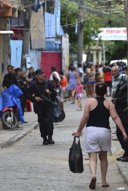Des officiers de police du Bataillon d'opérations spéciales... (Photo YURI CORTEZ, AFP)