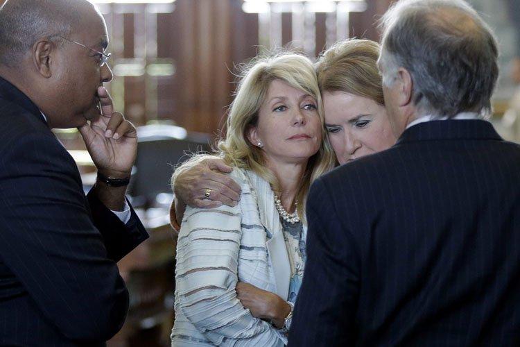 La sénatrice Wendy Davis est réconfortée par sa... (Photo: AP)