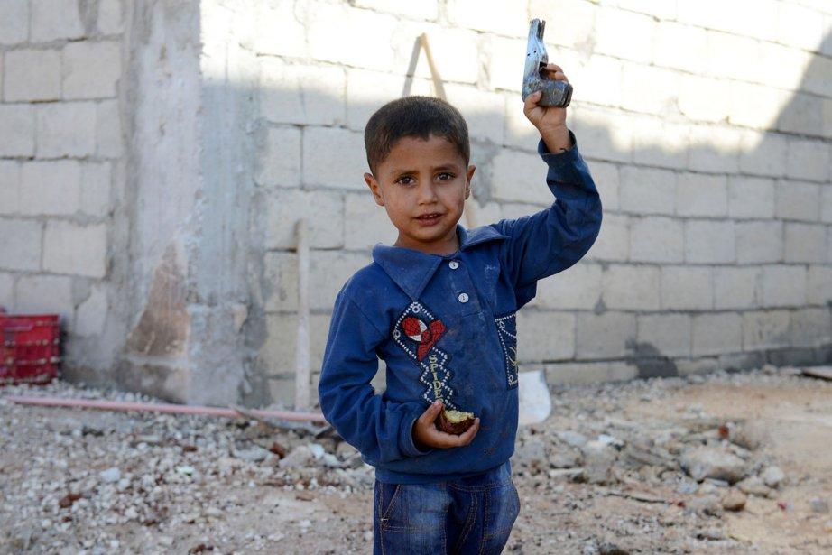 Un petit garçon de la ville d'Atareb dans... (PHOTO PHILIPPE DESMAZES, AFP)