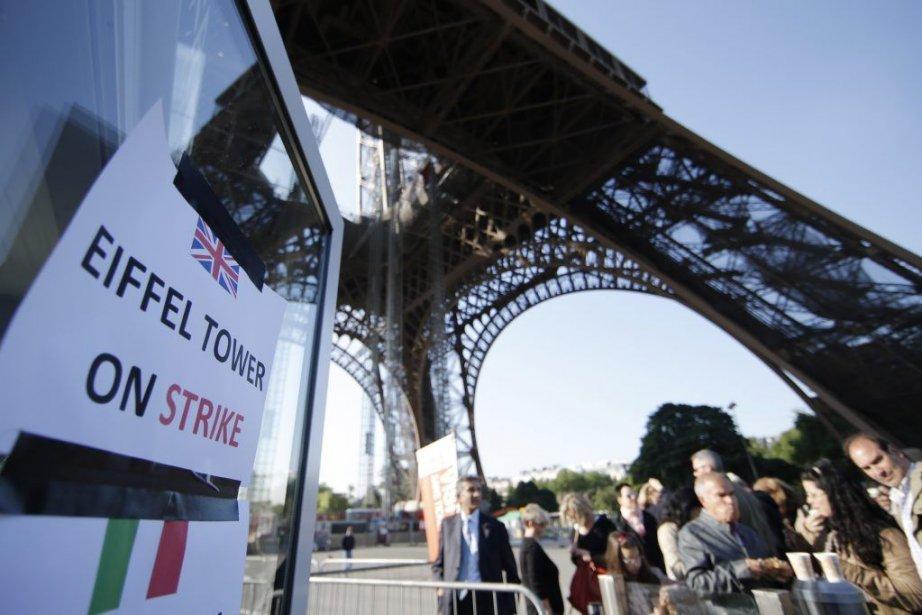 La Tour Eiffel est restée fermée mercredi matin.... (PHOTO GONZALO FUENTES, REUTERS)
