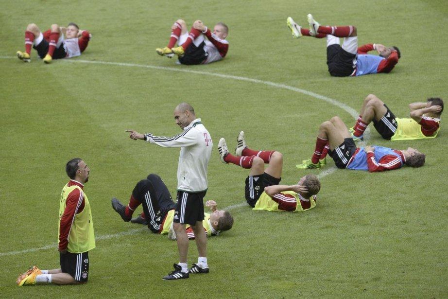 Pep Guardiola (en blanc)... (Photo Christof Stache, Agence France-Presse)