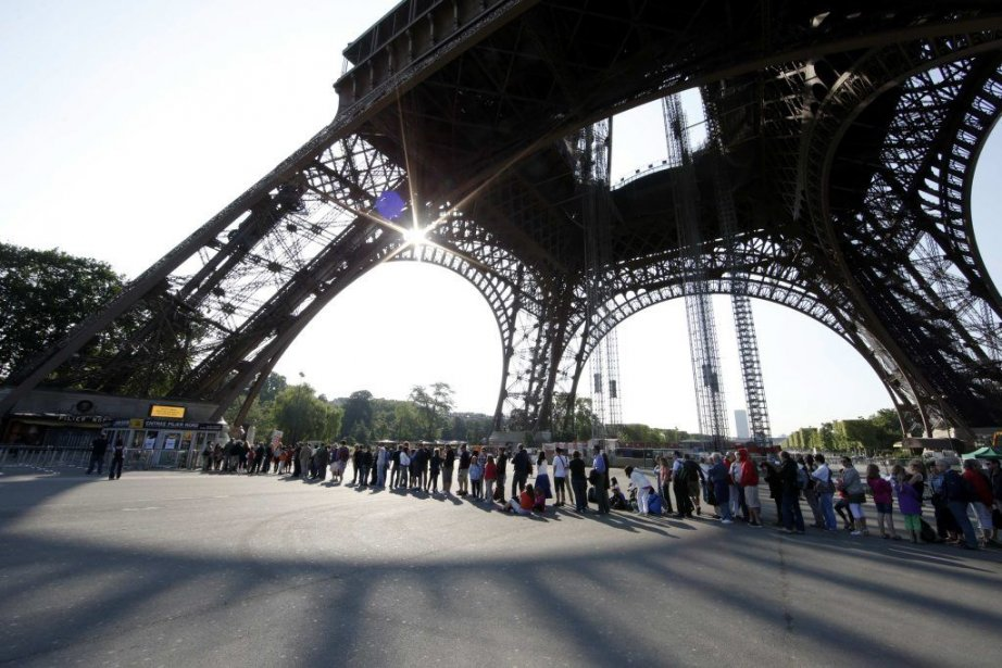 Tourists wait on line at the bottom of... (PHOTO GONZALO FUENTES, REUTERS)