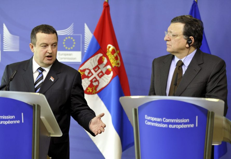 Le premier ministre serbe Ivica Dacic et le... (Photo GEORGES GOBET, AFP)