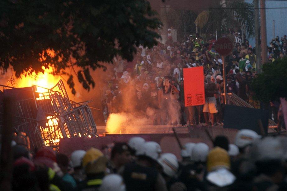 Quelque 40 000 manifestants ont marché pacifiquement à... (PHOTO HUGO CORDEIRO, REUTERS)