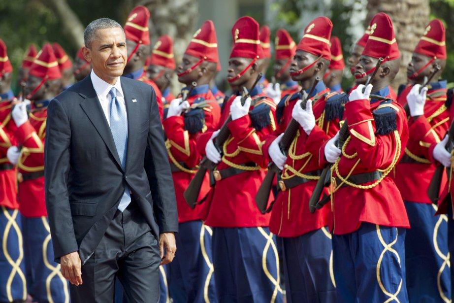 Le président américain passe en revue la Garde... (PHOTO SAUL LOEB, AFP)