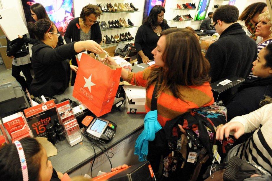 Les consommateurs américains ont effectué plus de dépenses... (PHOTO STAN HONDA, AFP)