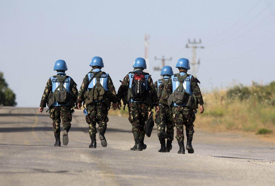 Les Casques bleus ne disposent que d'armes de... (Photo MENAHEM KAHANA, AFP)