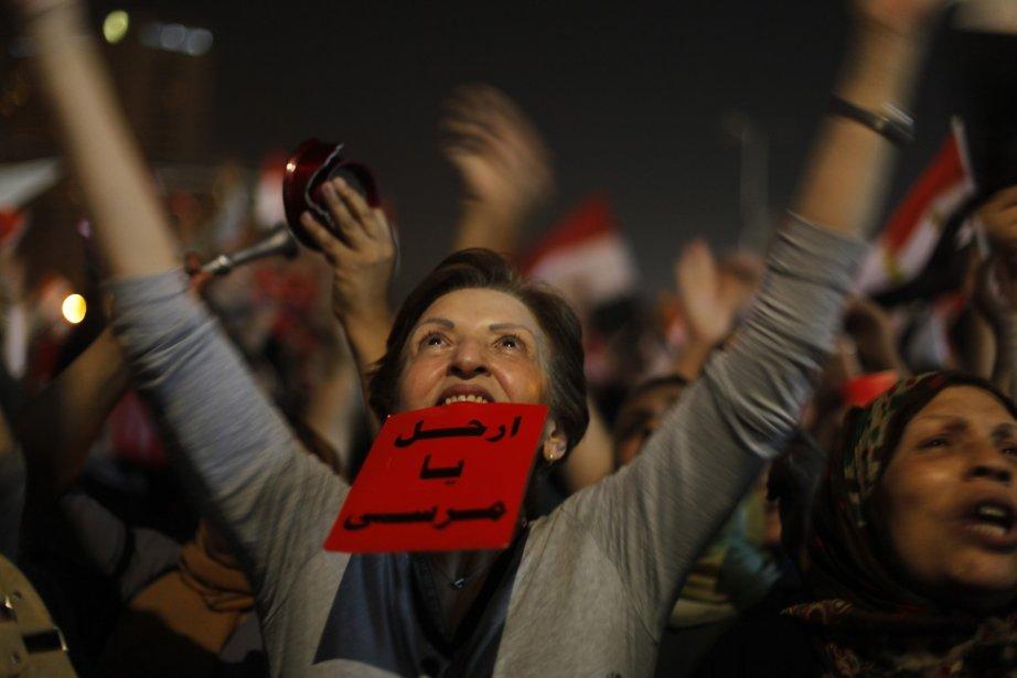 Une manifestante tient un carton sur lequel est... (Photo Amr Nabil, AP)