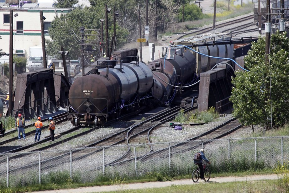 Cinq wagons transportant des produits pétroliers menaçaient de... (Photo Jeff McIntosh, La Presse Canadienne)