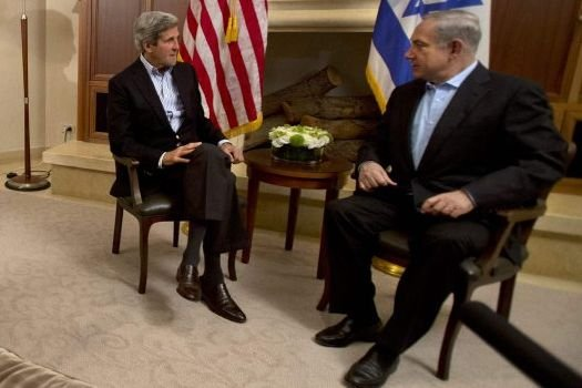 John Kerry et Benjamin Netanyahuen discussion.... (POOL)
