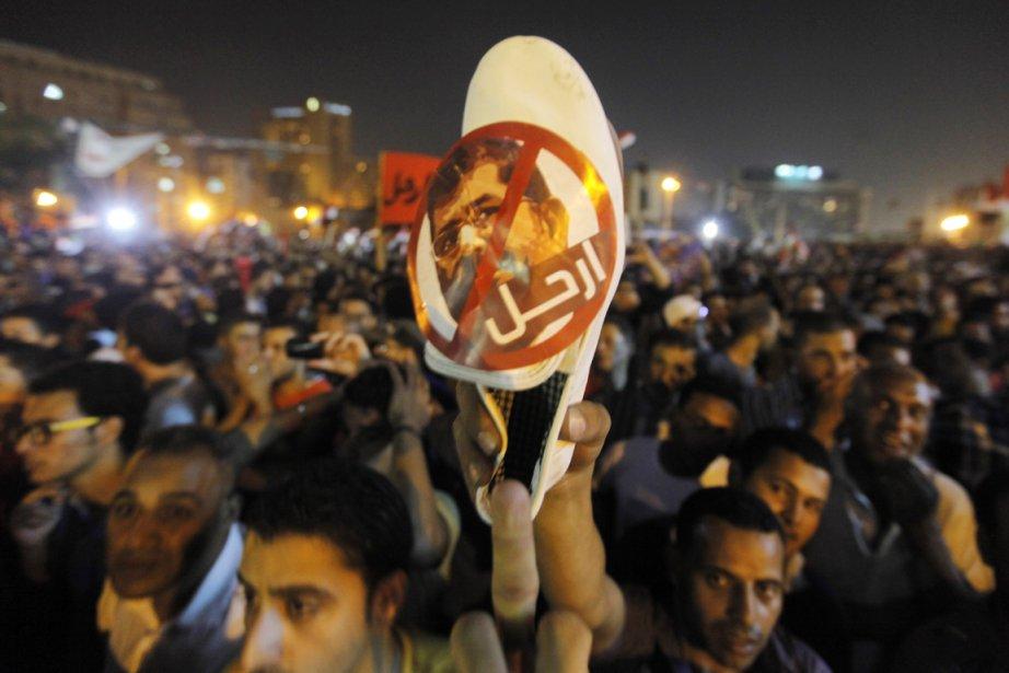Un opposant brandit une chaussure avec la photo... (PHOTO AMR NABIL, AP)