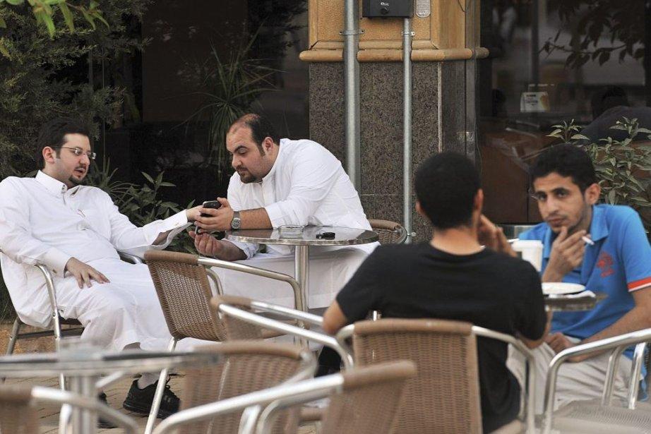Le téléphone intelligent fait désormais partie intégrante de... (PHOTO FAYEZ NURELDINE, AFP)