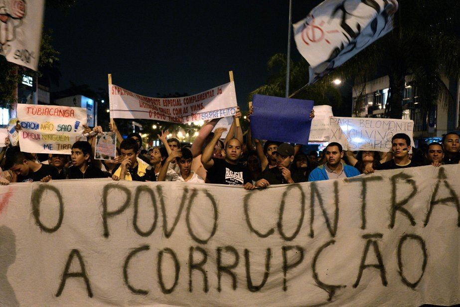 Des manifestants à Rio.... (PHOTO VANDERLEI ALMEIDA, AFP)