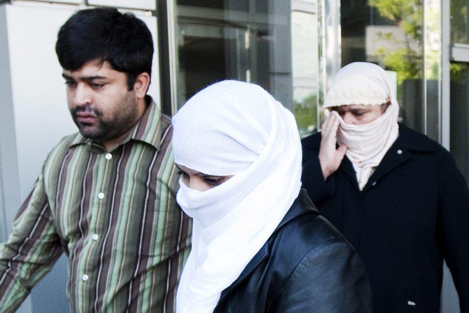 Muhammad Shan Parvez, à gauche, Shasma Parvez, au... (Photo Nathan Denette, La Presse Canadienne)