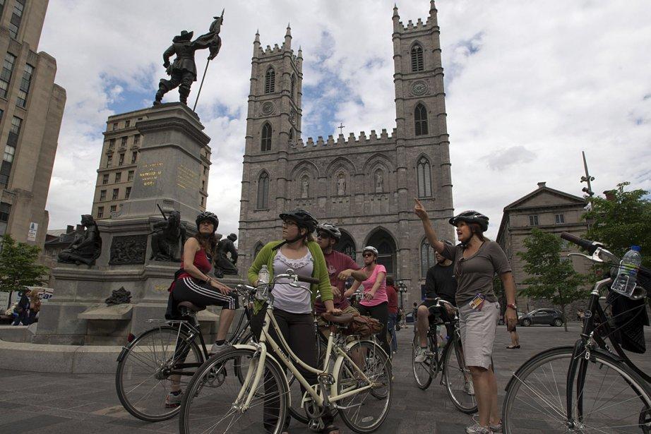 Des touristes découvrent Montréal à vélo avec une... (Photo: archives PC)