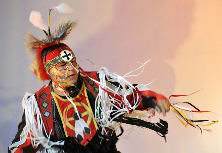 Les percussionnistes et les danseurs de Kitigan Zibi ont ouvert le bal. (Martin Roy, LeDroit)