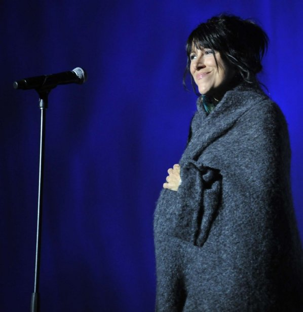La chanteuse Luce Dufault a animé la soirée. (Martin Roy, LeDroit)