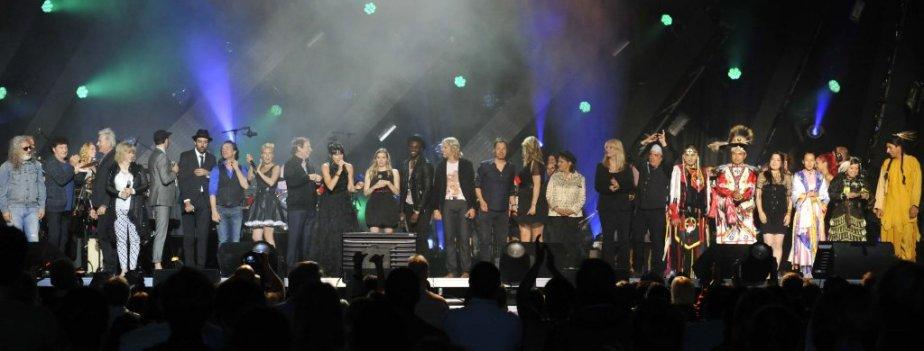 Tous les artistes présents se sont réunis pour lancer la note finale du mégaspectacle. (Martin Roy, LeDroit)
