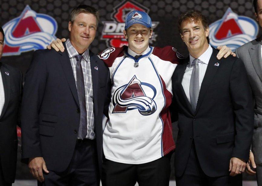 Le tout premier choix du repêchage2013, Nathan Mackinnon (au centre), est entouré du le nouvel entraîneur de l'Avalanche du Colorado, Patrick Roy (à gauche), et du vice-président aux opérations hockey, Joe Sakic. (PHOTO BRENDAN MCDERMID, REUTERS)