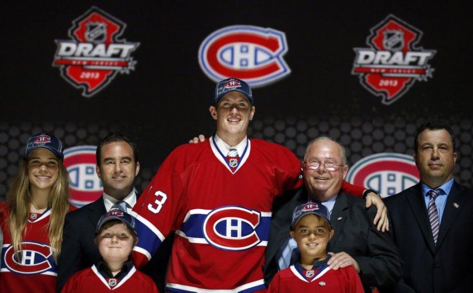 Le premier choix du Canadien, Michael McCarron, était bien entouré lorsqu'il a posé sur le podium. (PHOTO BRENDAN MCDERMID, REUTERS)
