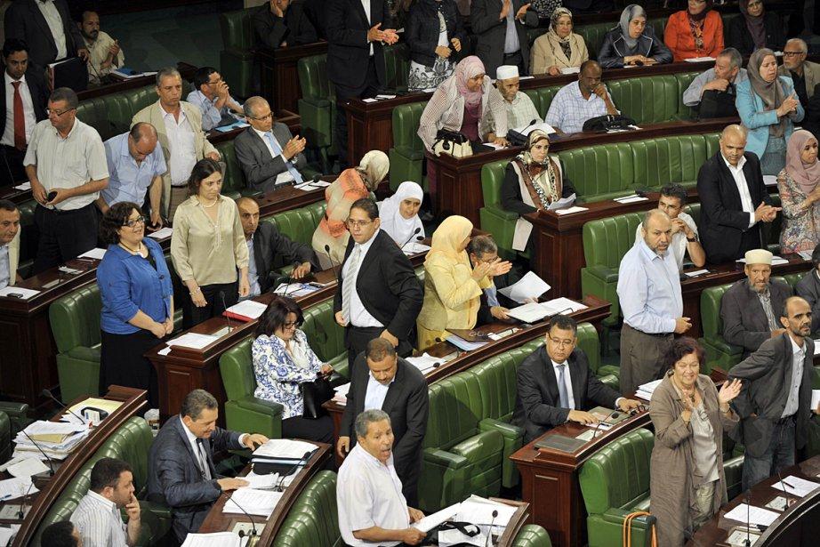 Des élus de l'opposition tunisienne se sont levés... (Photo: AFP)