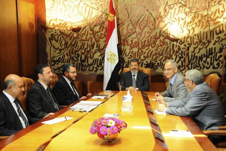 Le présidentMohamed Morsi rencontrant ses principaux ministres lundi.... (-)