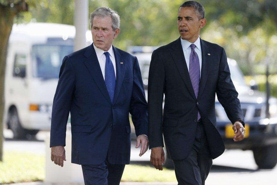 Les présidents américains George W. Bush (à gauche)... (PHOTO JASON REED, REUTERS)