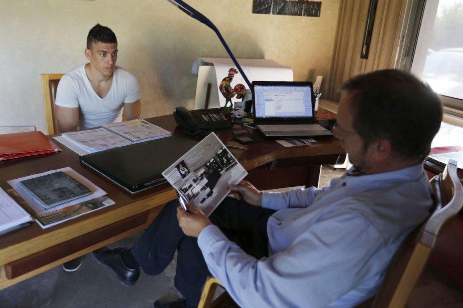 Un candidat qui donne une référence dans son... (Photo Regis Duvignau, Reuters)