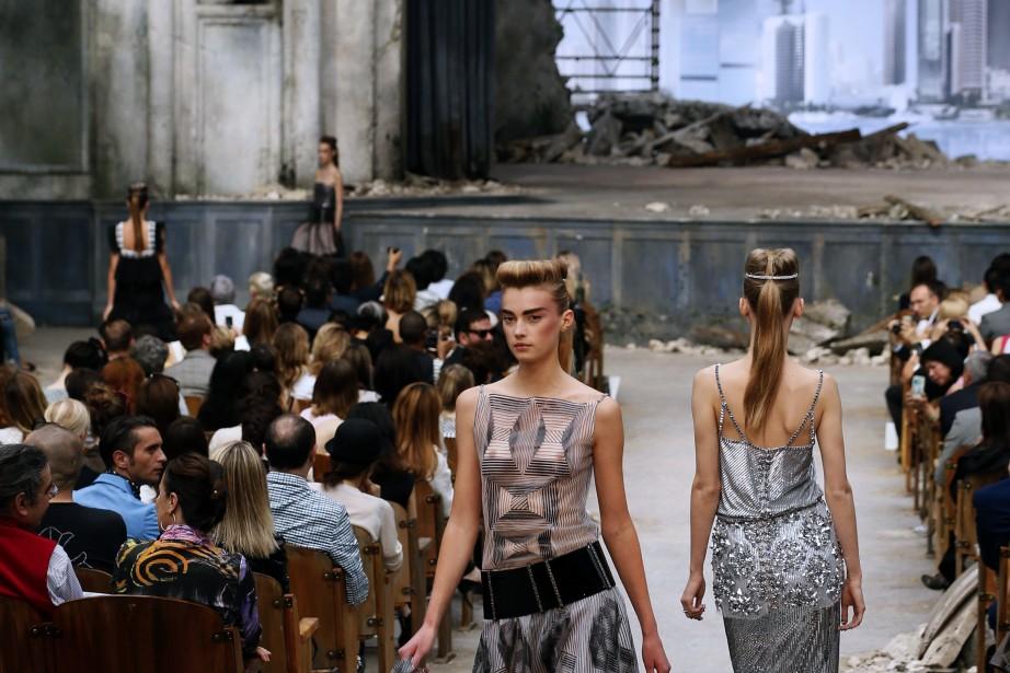 La modèle Sigrid Agren présente une création Chanel... (Photo PATRICK KOVARIK, AFP)