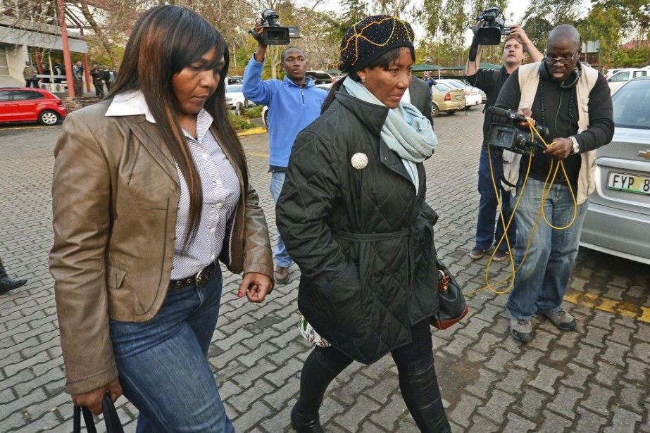 La fille et la petite-fille de Nelson Mandela,... (PHOTO CARL DE SOUZA, AFP)