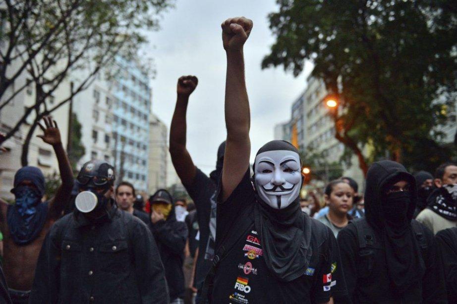 Brésil: des camionneurs bloquent des routes
