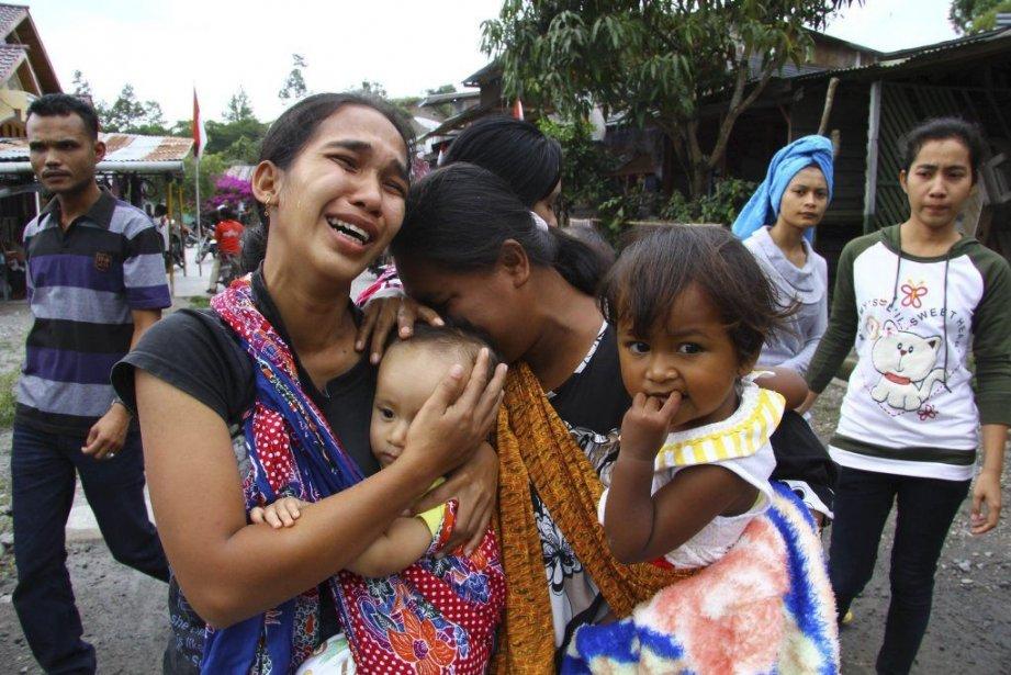 Une femme et ses enfants dans le village... (Photo REZA JUANDA, AFP)