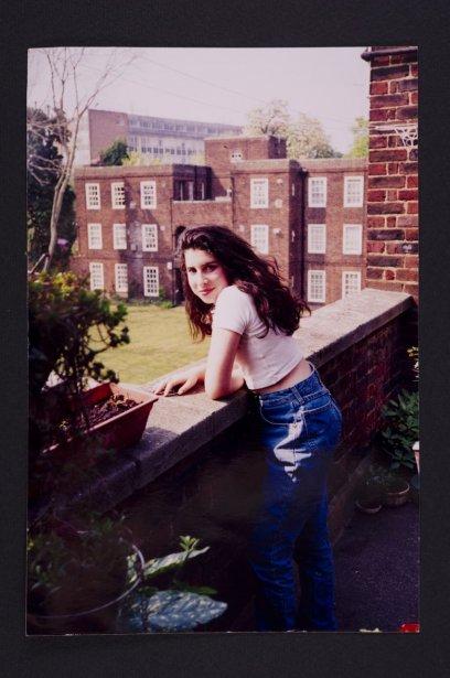 Amy devant l'appartement de sa grand-mère à Southgate. | 3 juillet 2013