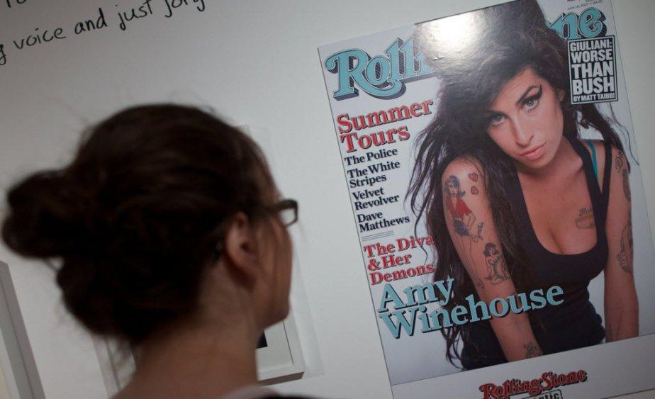 Après des années de dépendance et des tentatives de désintoxication, Amy Winehouse a été retrouvée morte dans son appartement londonien le 23 juillet 2011, terrassée par un abus d'alcool.  Aucune référence n'est faite à cette période troublée dans l'exposition qui se concentre volontairement sur les moments heureux de sa vie. | 3 juillet 2013