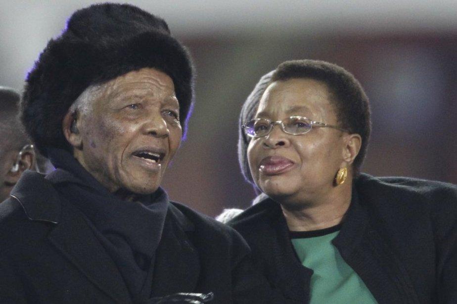 Nelson Mandela etGraça Machel en 2010.... (Photo archives AFP)