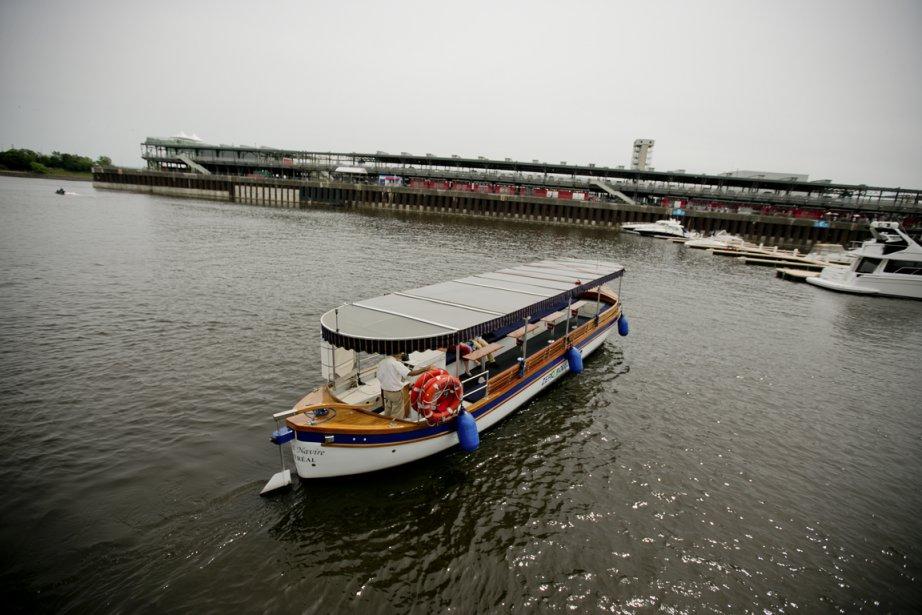 Le Bateau-Mouche (à gauche) et Le Petit Navire (à droite) naviguent sur les eaux du fleuve Saint-Laurent à proximité des berges de Montréal, permettant aux passagers d'admirer le panorama offert par la métropole. (PHOTO MARCO CAMPANOZZI, LA PRESSE)