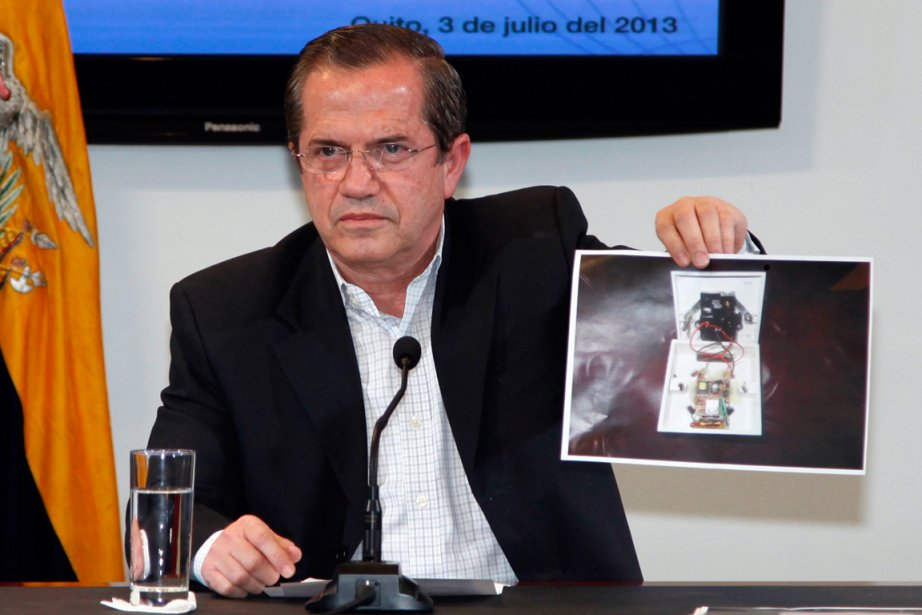 Le ministre des Affaires étrangères de l'Équateur brandit... (PHOTO GARY GRANJA, REUTERS)