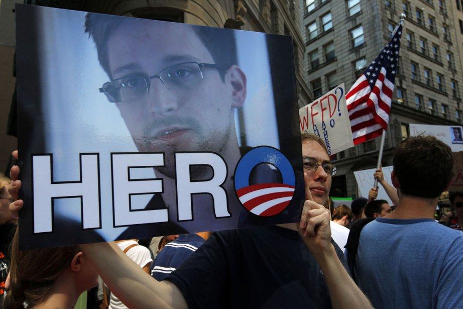 Un homme brandit une photo d'Edward Snowden sur... (Photo Brian Snyder, Reuters)