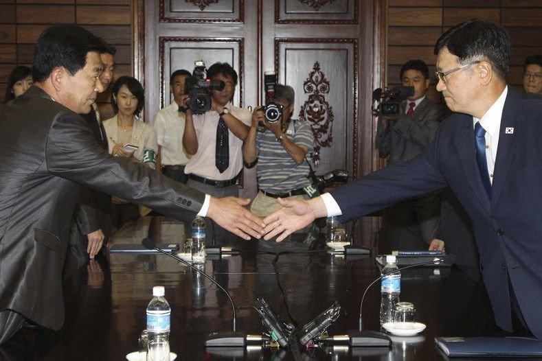 Suh Ho (droite), chef de la délégation sud-coréenne,... (YONHAP)
