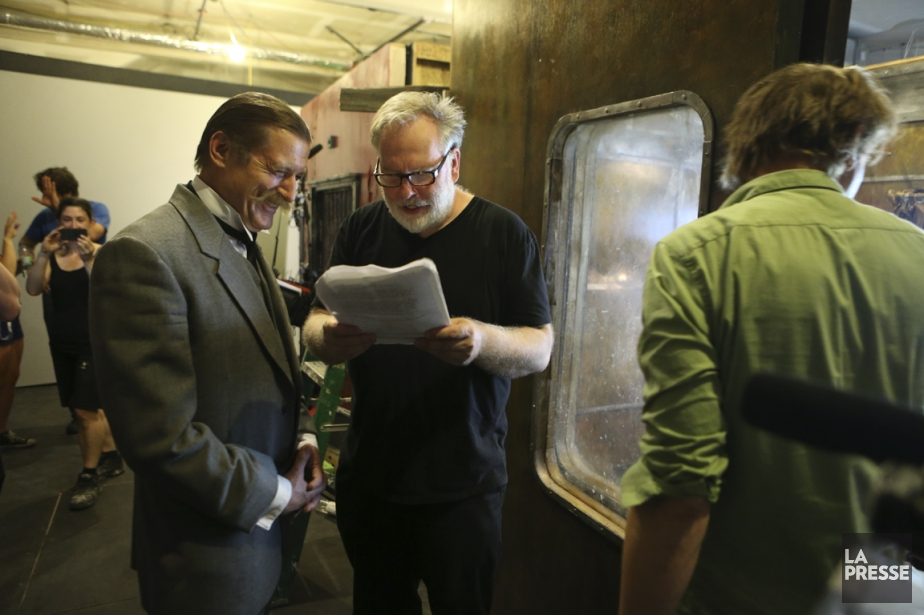 Guy Maddin dirige le comédien Gregory Hlady sur... (Photo Martin Chamberland, La Presse)