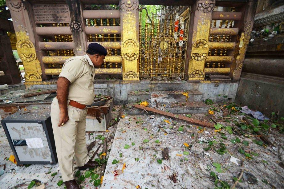 Un policier inspecte les lieux du temple de... (Photo: AFP)